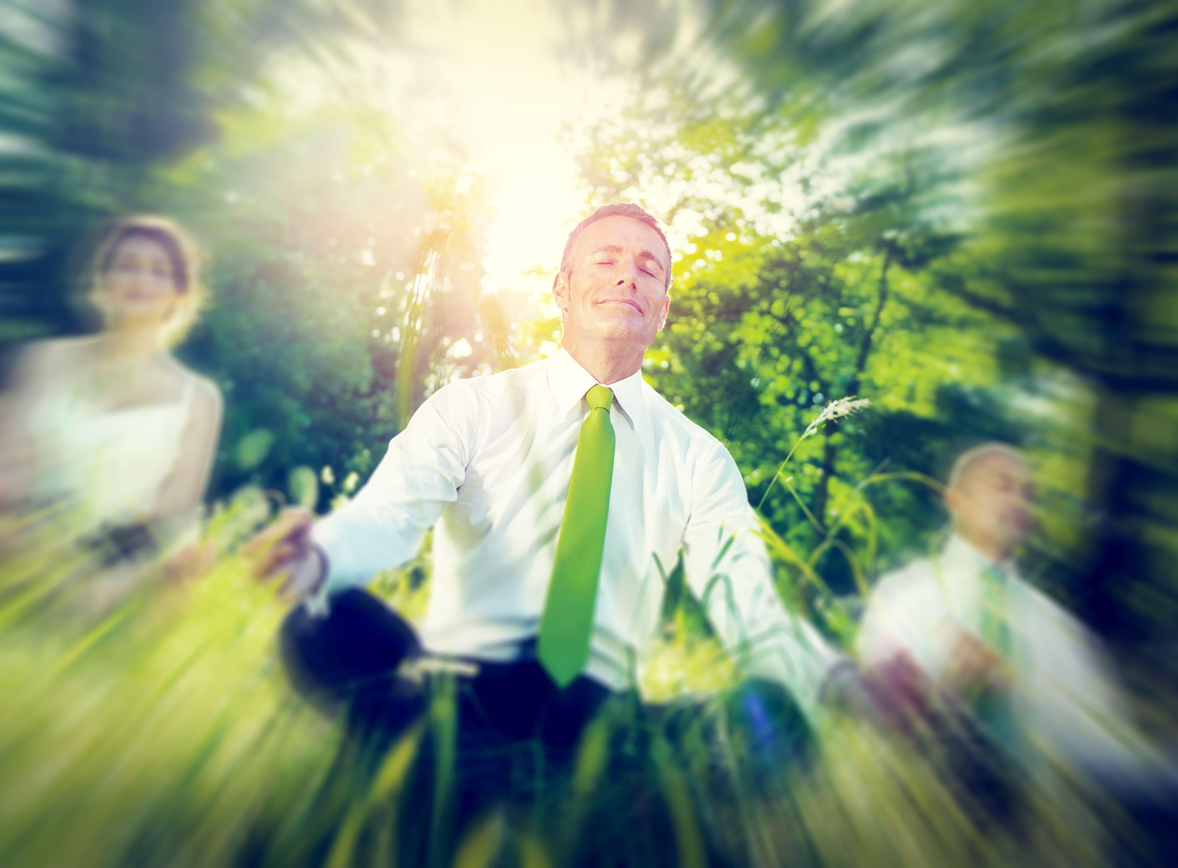 frau-meditiert-am-wasser-findet-ihre-individuelle-persönlichkeit